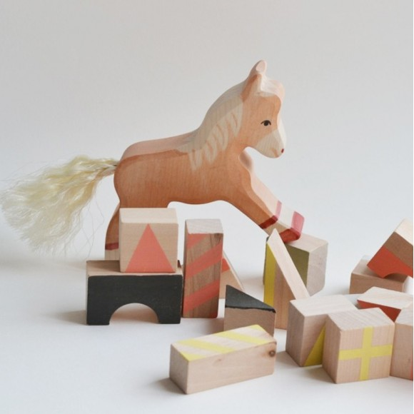 Figurine en bois poulain Holztiger