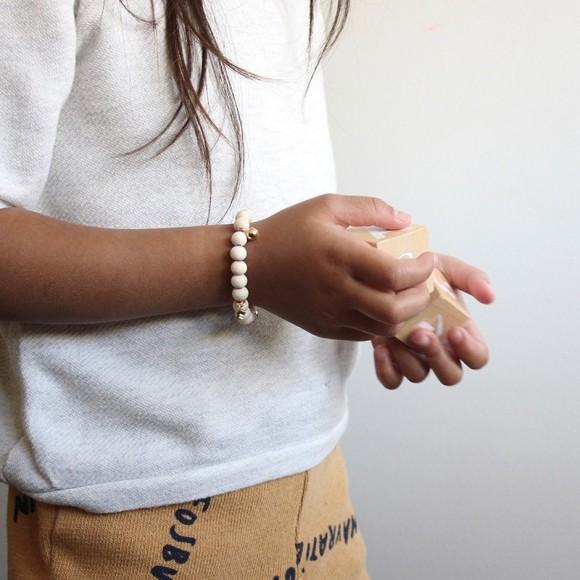 Bracelet Lili en perles de bois et détails dorés Mishone Yellow Flamingo