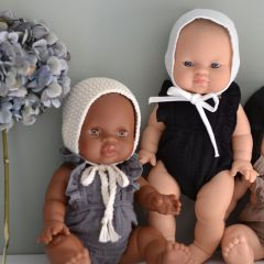 Béguin en crochet écru pour poupée Minikane